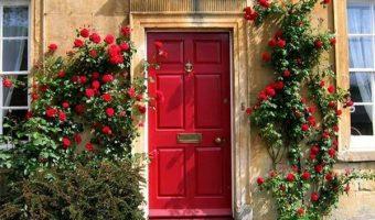 Cần cẩn trọng hơn trong viêc chọn sơn màu đỏ cho cửa chính.